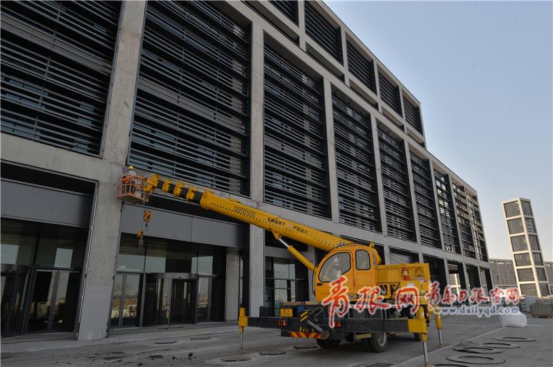 红岛国际会展中心外墙在抓紧收尾。 (1)_副本.jpg