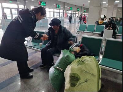 走投无路!六旬老人从青岛徒步到胶州,多亏了……