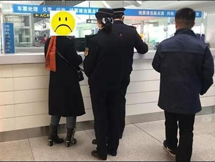 贪图小便宜!一中年女?#29992;?#29992;学生卡坐地铁被查(图)