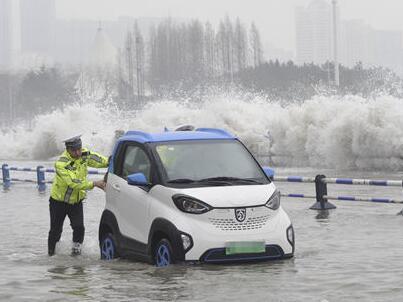 """危险!海浪袭击澳门路 交警提醒市民?#24515;?#36138;恋""""海景"""""""