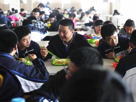 4月新规:多行业迎减税 中小学要建立陪餐制度