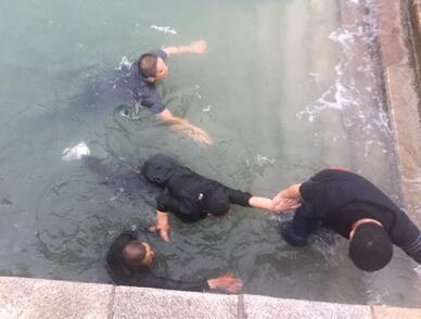 14岁女孩不慎落海,市民合力救援(现场视频)
