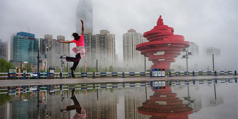 流霧籠罩青島前海一線 市民游客晨練忙