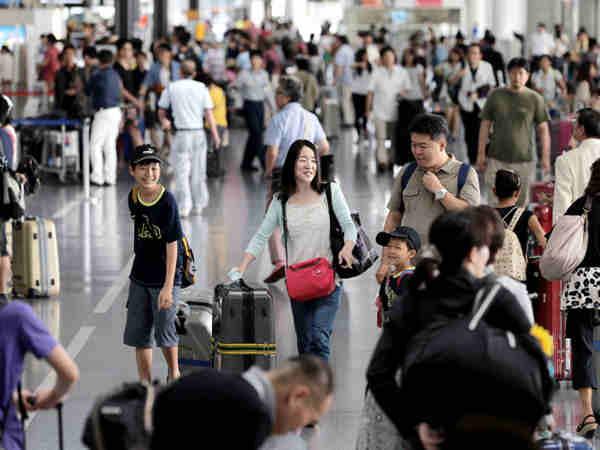 日本開啟10天黃金周假期 機場和提款機前排長龍