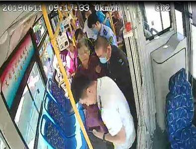 青岛六旬老人公交车内晕倒 驾驶员和乘客及施救