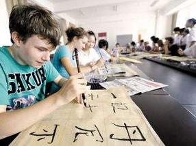 """汉语纳入俄""""高考"""":平均62.5分 有""""学霸""""拿满分"""