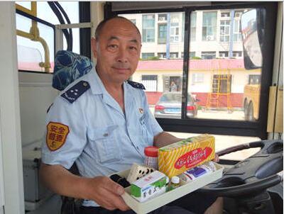 """乘客站臺摔倒面部流血,公交駕駛員拿出了""""百寶箱""""!"""