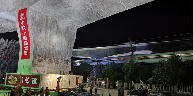 全国面积最大跨铁路转体桥在青岛成功转体