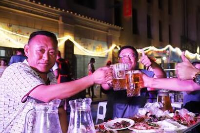 点亮夜经济!东?#25509;岸?#32769;上海风情街开启夏日狂?#37117;? title=