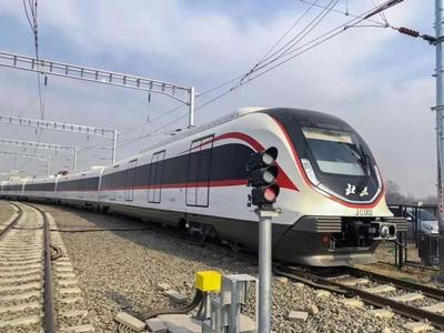 """北京大兴机场线快轨列车""""青岛造"""" 比普通地铁快一倍"""