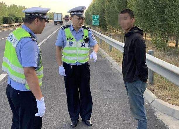男子欲从青岛搭顺风车去烟台,迷路误上高速累倒在应急车道