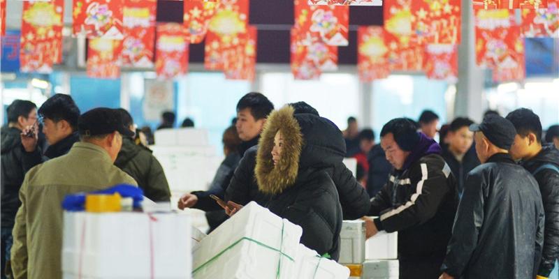 实拍:青岛海鲜市场人头攒动生意红火