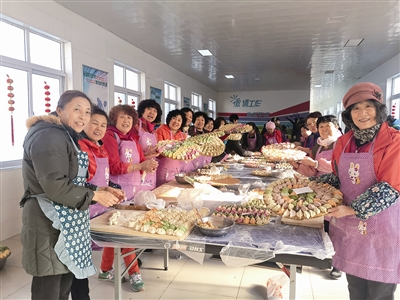 """2500个水饺""""犒劳""""青岛最大工友村""""村民"""""""