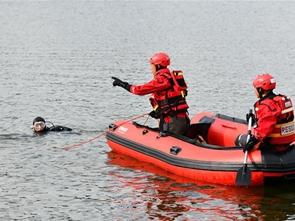 貴州安順公交車墜入水庫致21人死亡15人受傷