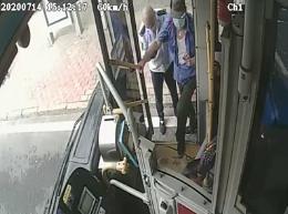 """行車途中""""脫崗""""卻獲點贊,這兩個公交司機做了啥?"""