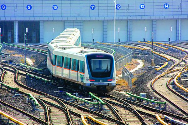■青岛地铁3号线车辆段.-实探青岛地铁 车库 每晚它们回这体检养护图片