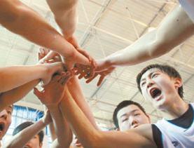 中美高中生篮球友谊赛 球员基本功差距明显