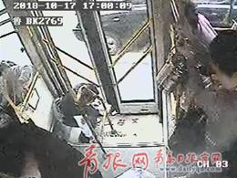 青岛男子拿百元大钞乘公交 嫌找零太零怒撒一车厢