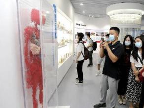 青大人體生命館260個塑化標本填補青島空白