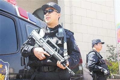 """青岛特警机动队24小时""""枪不离手"""""""