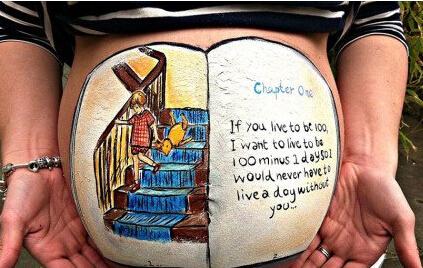 英艺术家孕妇肚皮上涂鸦纪念新生命