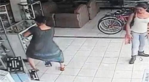 哥斯达黎加女贼竟将所偷电视藏在裙底带走