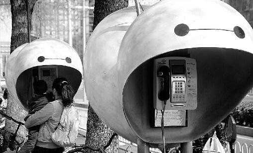 """北京30个电话亭被涂鸦成""""大白"""""""